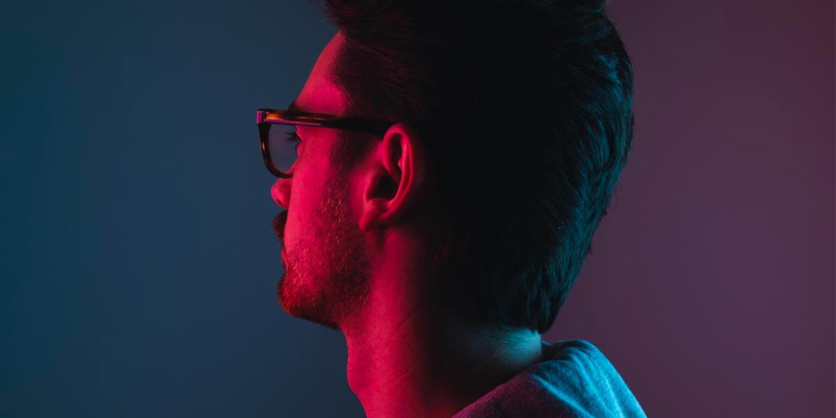 Homme sur fond de couleur